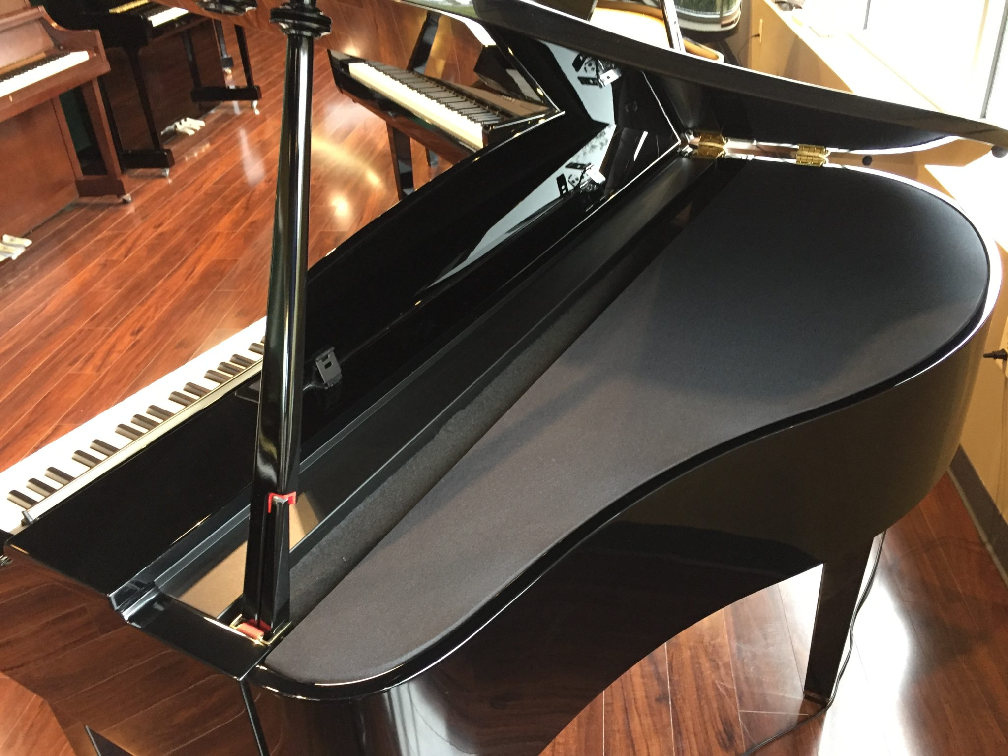 "This Yamaha ""flagship"" model features 88 real wooden keys and a mini grand  piano cabinet. There are 948 different voices on board, ..."