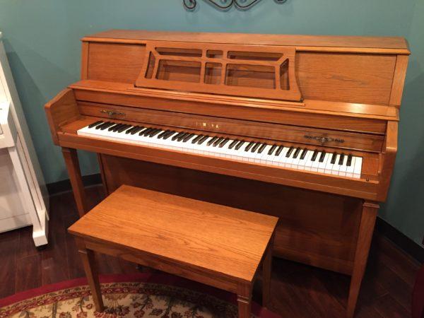 Yamaha – Model M302 Oak 43.5″ console piano
